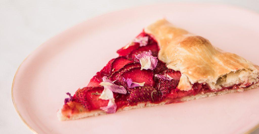 Тарт с рози, ягоди и малини