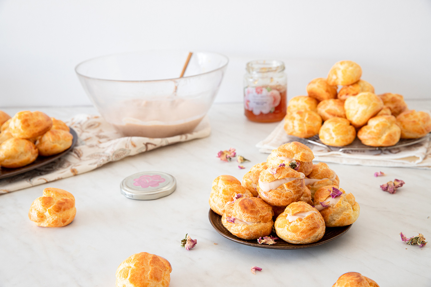 Mini eclairs with rose-flavoured cream - recipe