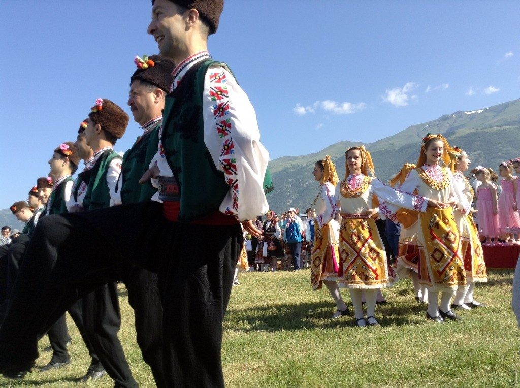 festival-of-roses-bulgaria-2015-traditional-dances