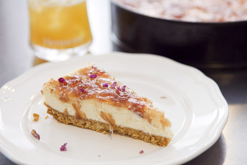 cheesecake-with-roses-and-cocktails